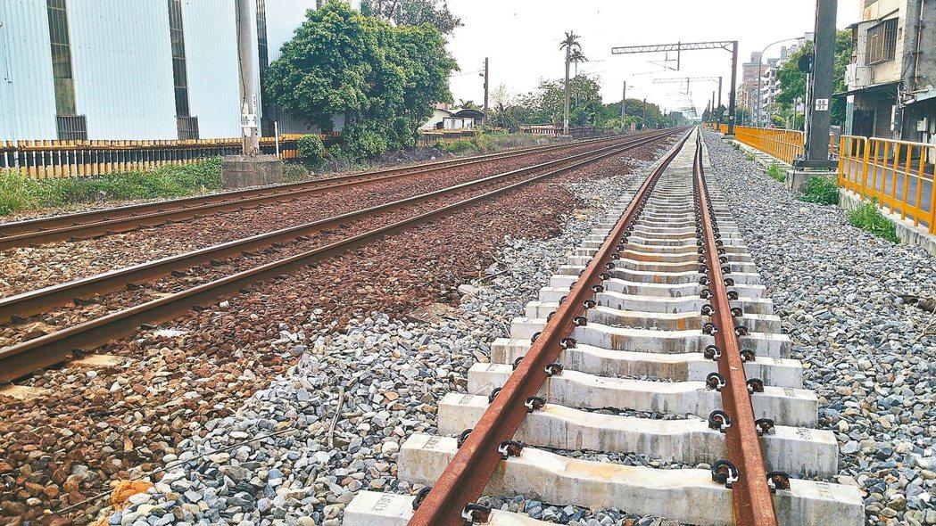 國發會以桃園市政府堅持台鐵地下化,造成捷運綠線介面銜接有問題為由,遲遲不核定綜合...