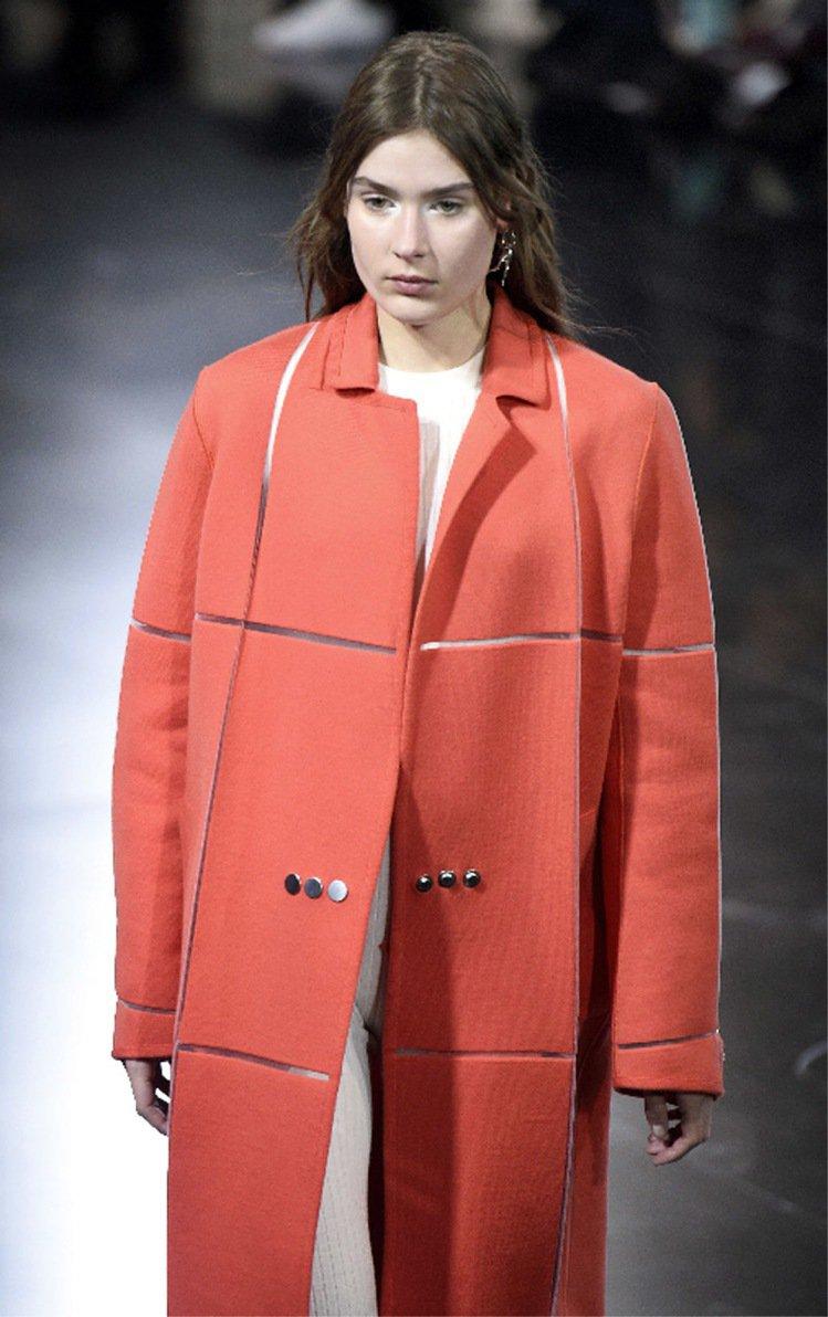 以「未來太空風」見長的Courreges,在服裝秀上主打附有發熱裝置的大衣。圖/...
