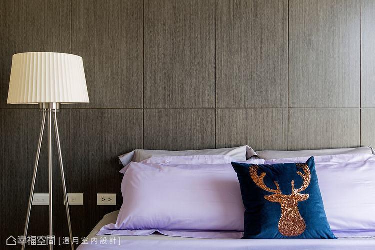 ▲線面切割: 床頭主牆以切割線條及溫暖的木質元素,來調和主臥的空間氛圍。