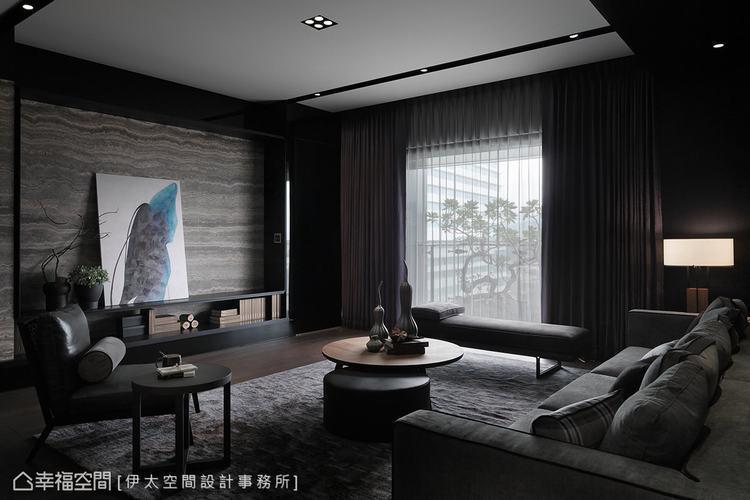 ▲電視牆: 自然光隨窗引入室內,替幽暗的空間氛圍植入生氣,更烘托電視牆上細膩的石...