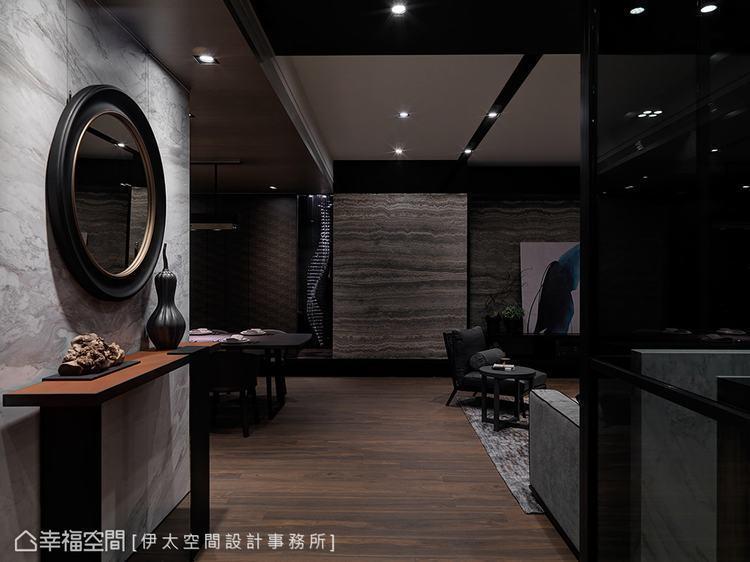 ▲玄關: 入室後,隨著光影的推移,木紋與石材的語彙鋪敘,感受幽靜感的現代風情。