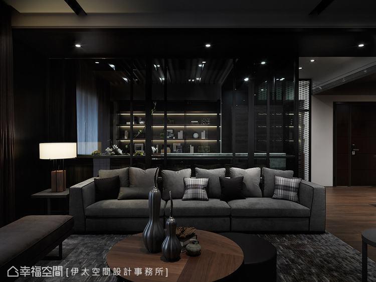 ▲沙發區: 沙發後方利用灰玻隔出書房領域,透視的質材安排,讓視覺得以延伸,盡顯美...