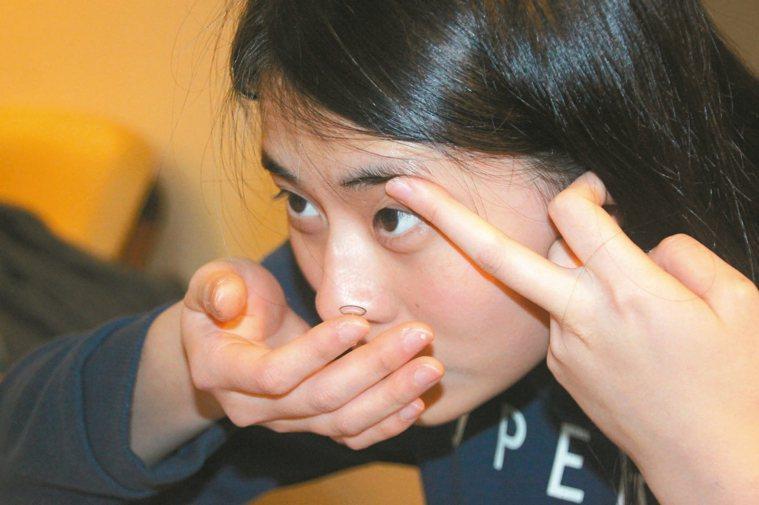 角膜塑型片僅能減緩近視增加的速度,並無治癒近視效果。 記者陳雨鑫/攝影