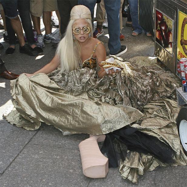 來賓為Lady Gaga的腳踝點播「金包銀」,安可曲「心事誰人知」。圖/取自ao...