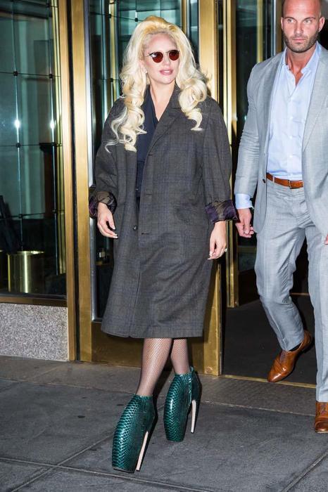 Lady Gaga穿上愛的犰狳鞋逛大街。圖/取自i.ifeng.com