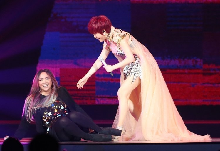 江蕙(右)祝福演唱會進入小巨蛋最後一場,邀請張惠妹(左)擔任特別來賓,兩人合唱夏...