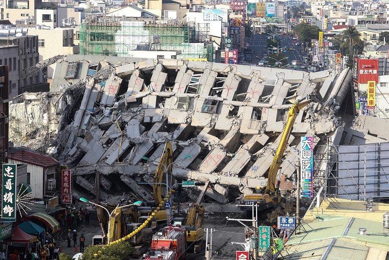 維冠大樓經手廠商多,倒塌因素也多,百條人命就責難。