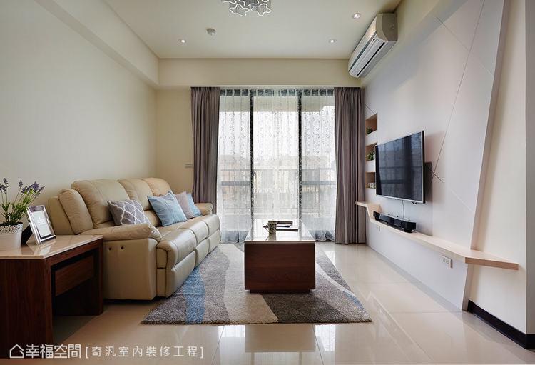 ▲客廳: 落地窗引入戶外暖陽,柔和的光源照亮客廳領域,漸層色彩的地毯與漾彩的抱枕...