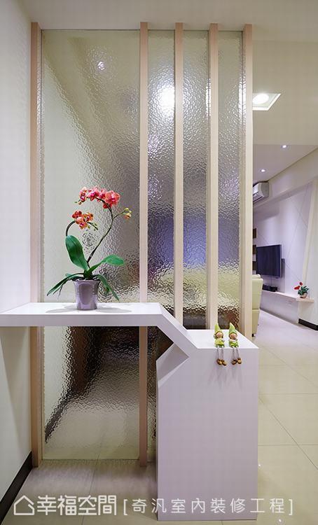 ▲玄關: 入室後,玄關處以一道特殊玻璃的屏風作為內外分野,結合線性造型的矮櫃,創...