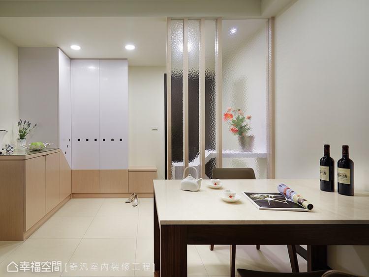 ▲餐廳望向玄關: 後方鞋櫃以雙色與斜線造型作為櫃體呈現,溫潤質感持續延伸到室內的...