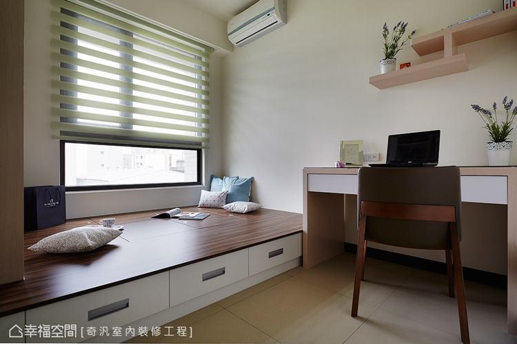 ▲書房兼客房: 書桌上方利用木紋層架作為展示與收納規劃,創造出愜意與舒適的生活空...