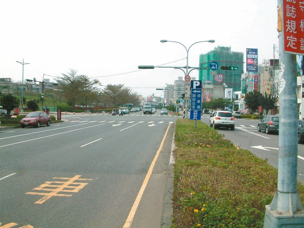 頭份市中央路左轉專用道工程,預估今年7月竣工,不少人期盼能解決路口內側車道塞車等...