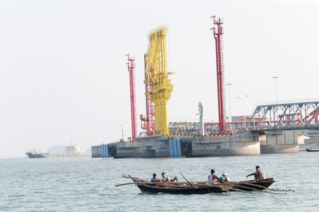 緬甸西海岸鄰印度洋的皎漂港馬德島是中緬油管起點,四根黃色吸油管可將來自中東及非洲...