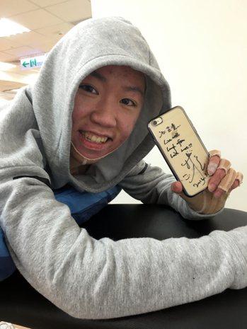 芷凌手握的是林依晨簽名手機殼。 攝影/朱麗禎
