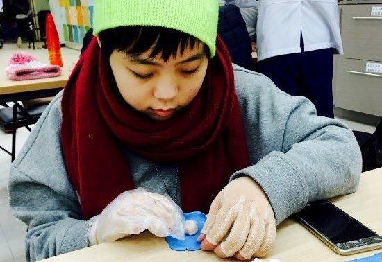 用復健黏土做手部的推拉。 伃均媽媽提供