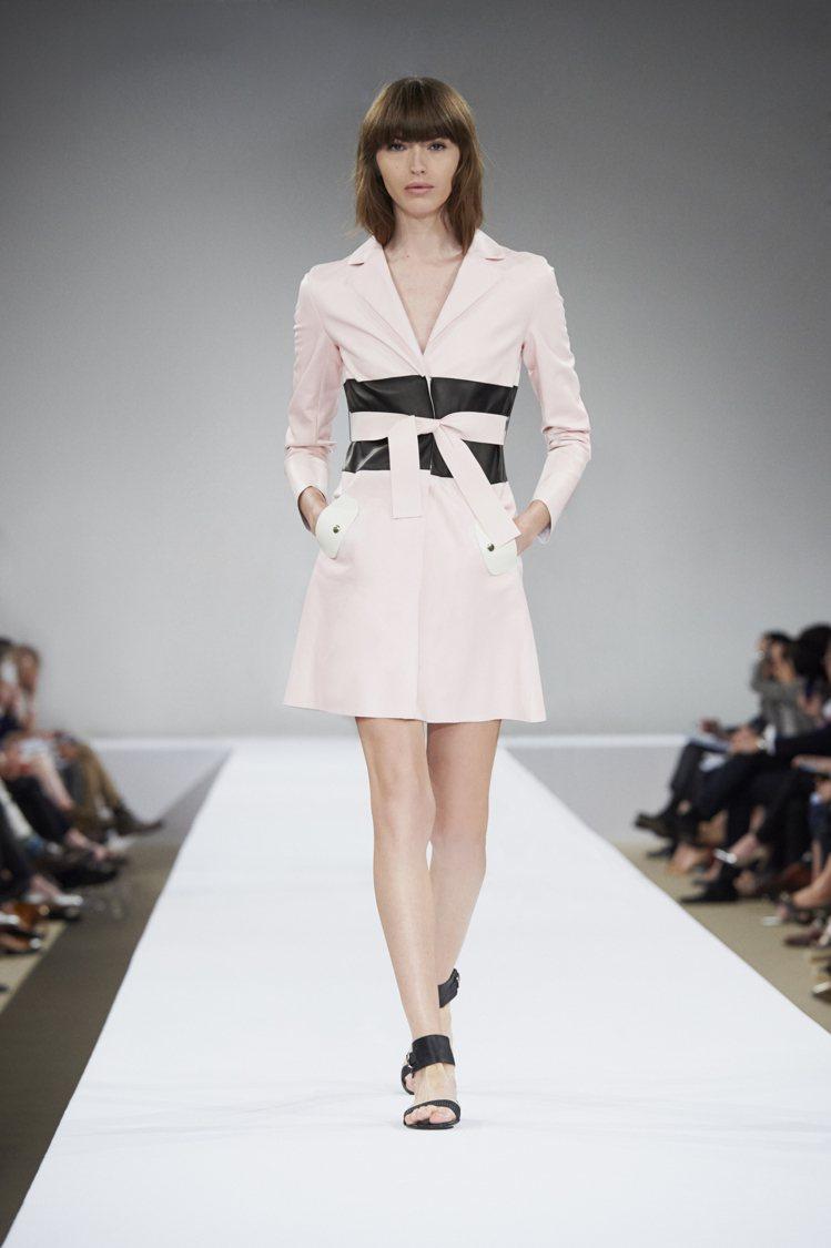 Longchamp合身剪裁粉嫩色大衣,72,200元。圖/Longchamp提供