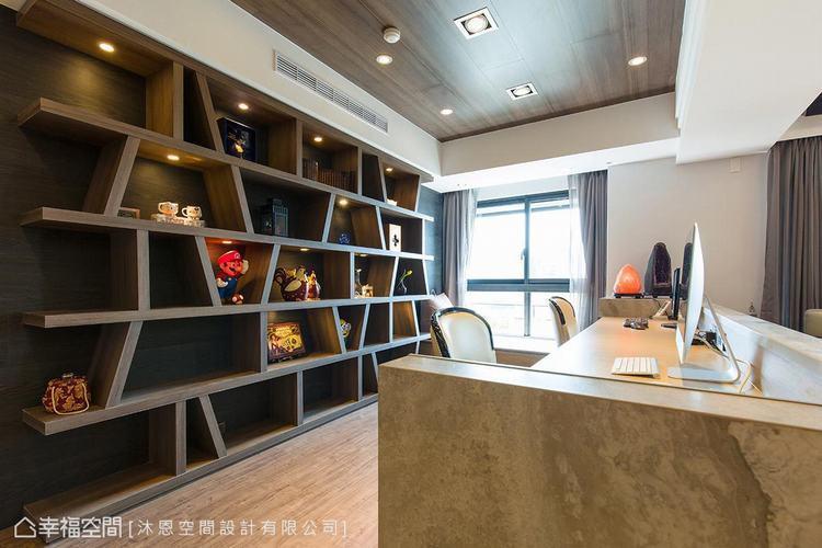 ▲書房: 為呼應客廳大理石牆的紋理,可活動調整隔板的大型書牆,以黑色超耐磨木地板...