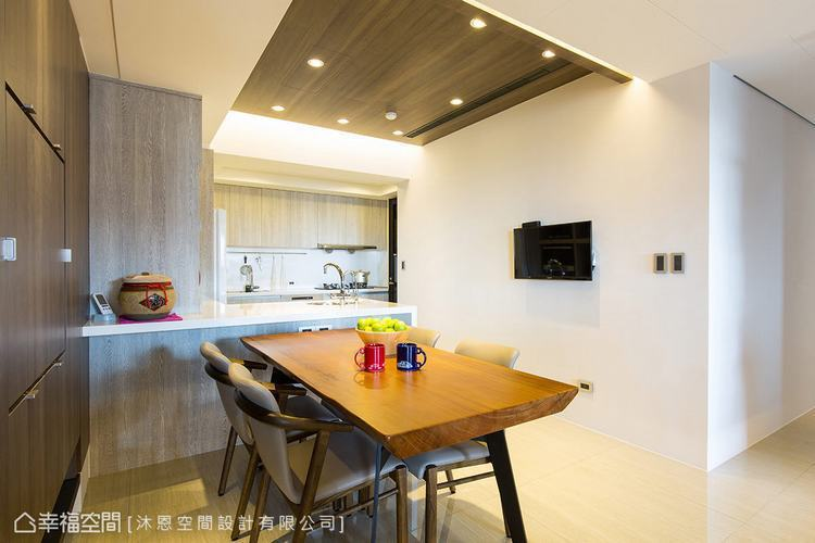 ▲餐廚區: 餐廚區除了增設中島吧檯,亦調整冰箱與電器櫃的位置,使操作動線更為順暢...