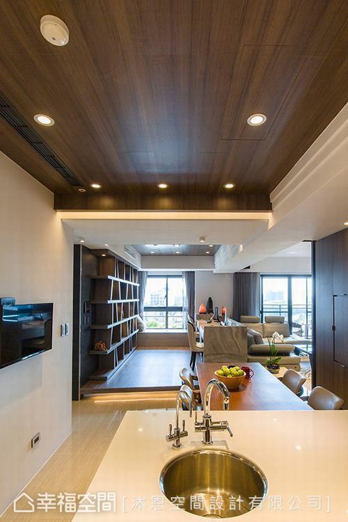 ▲天花設計: 樑體上的刻溝線條與木皮天花從餐廚區延伸到書房,修飾低矮樑體拉升屋高...