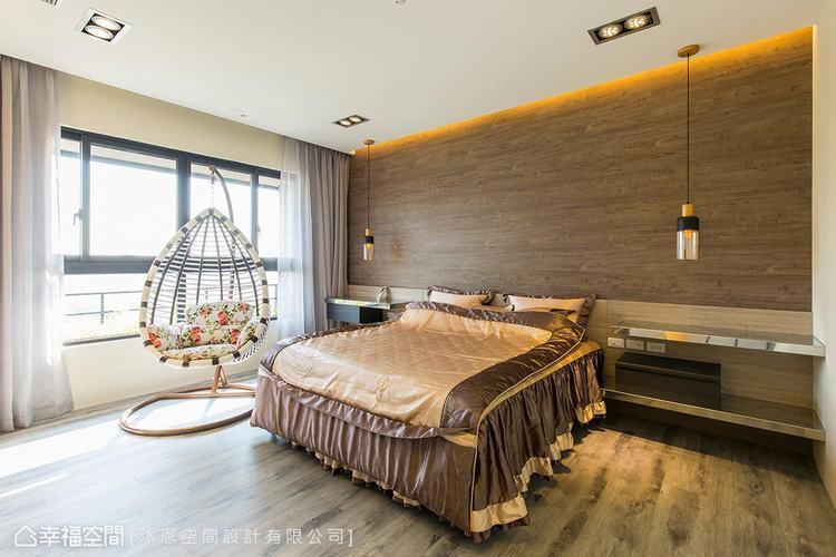 ▲主臥房: 深淺木紋交織的簡約線條,搭配整合梳妝機能規劃的床邊桌,圍塑溫潤純粹的...