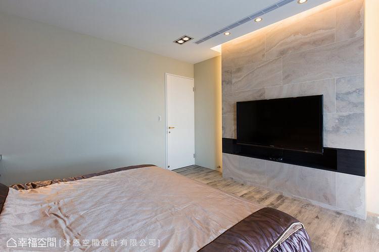 ▲電視牆: 石紋拼貼磁磚電視牆呼應客廳大理石牆設計,以柔粉色調讓風格完整。