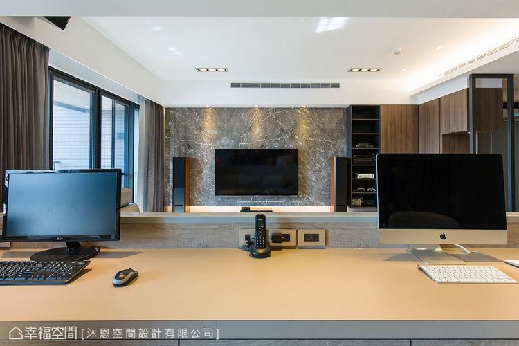 ▲延伸視野: 刻意調整安排的書桌座向,滿足屋主在書房可面對電視的期待,並增進家人...