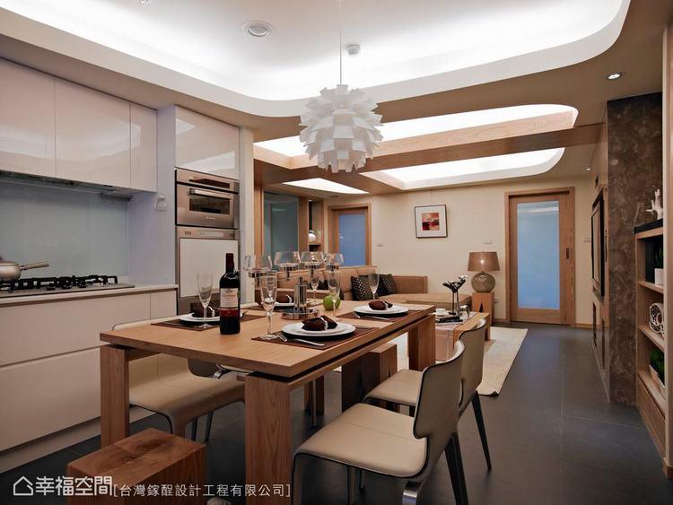 ▲高低起伏有致的天花板造型間,穿插弧線的流體美感,不僅虛化了樑柱的存在,精緻度也...