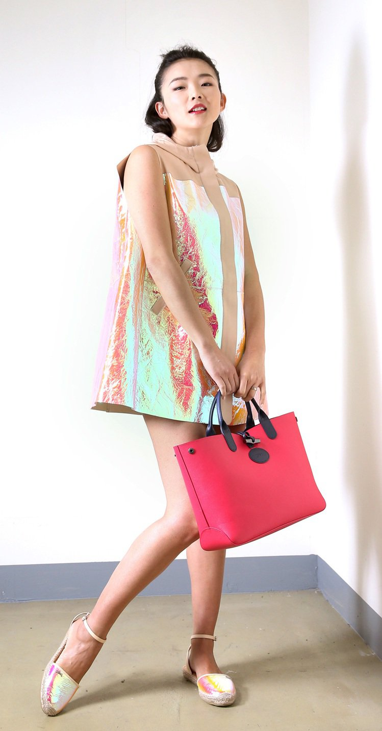 名模金禧俏麗可人,完美詮釋Longchamp春夏新裝的青春活力。Longcham...
