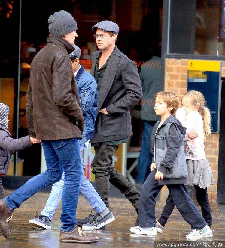 而正在英國拍戲的小布,日前才迎來老婆安潔莉娜裘莉和孩子們的溫馨探班,他把龍鳳胎和...