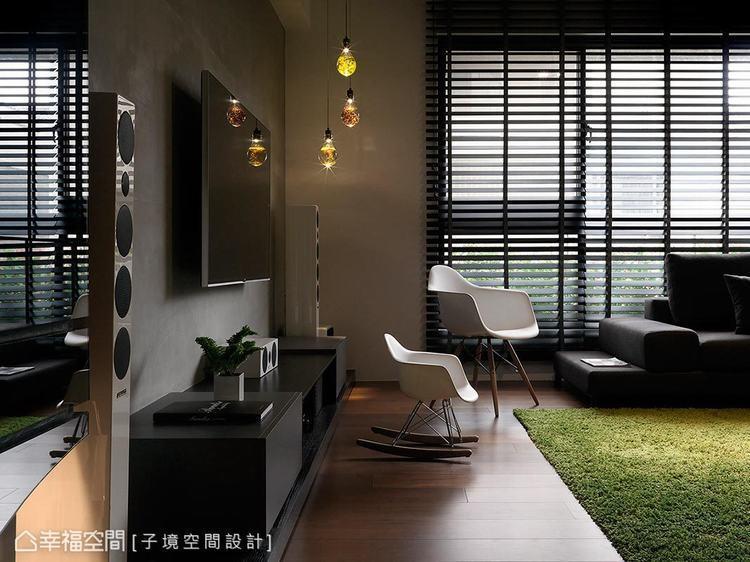 ▲玄關: 鑲嵌帶有弧線設計的鏡面,與電視牆使用的仿清水模水泥塗料相映成趣。