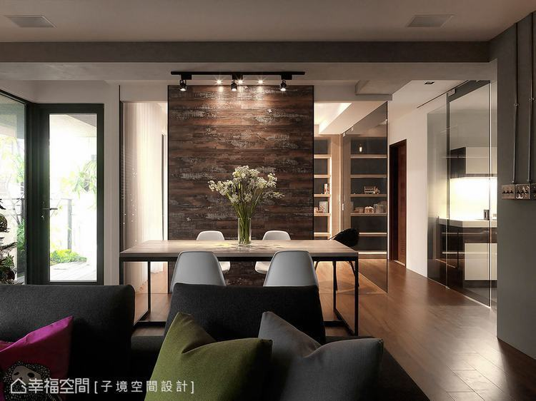 ▲餐廳: 拆除原有的隔間牆,以仿古木地板營造主牆視覺,結合通透的玻璃材質,展現對...