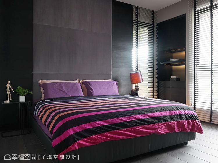 ▲主臥: 床頭板利用繃布設計搭配深色木皮,展現不同材質的層次,再運用跳色的寢具軟...