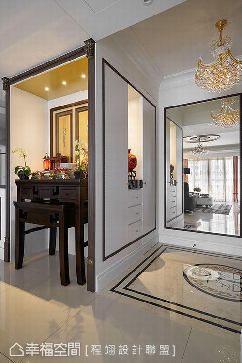 ▲佛堂: 與走入式衣帽間、客餐廳轉角櫃一體規劃的佛堂,除了以咖啡色線板框築出空間...