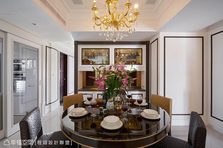 ▲餐廳: 餐廚區間運用連動式玻璃拉門拉伸視野敞度,並延伸壁面線條隱藏結構柱體,形...
