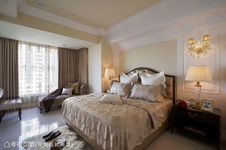 ▲主臥房: 繁複細緻的藝術線板修飾床頭大樑,與柔和雅致的空間設色,營造出飯店質感...