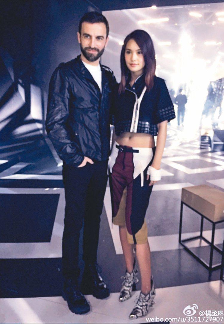 楊丞琳(右)與LV創意總監Nicolas Ghesquière合影。 圖/摘自微...