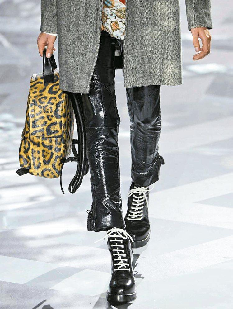 結合拳擊靴的跟鞋、豹紋圖案的後背包充滿野性動感。 圖/法新社