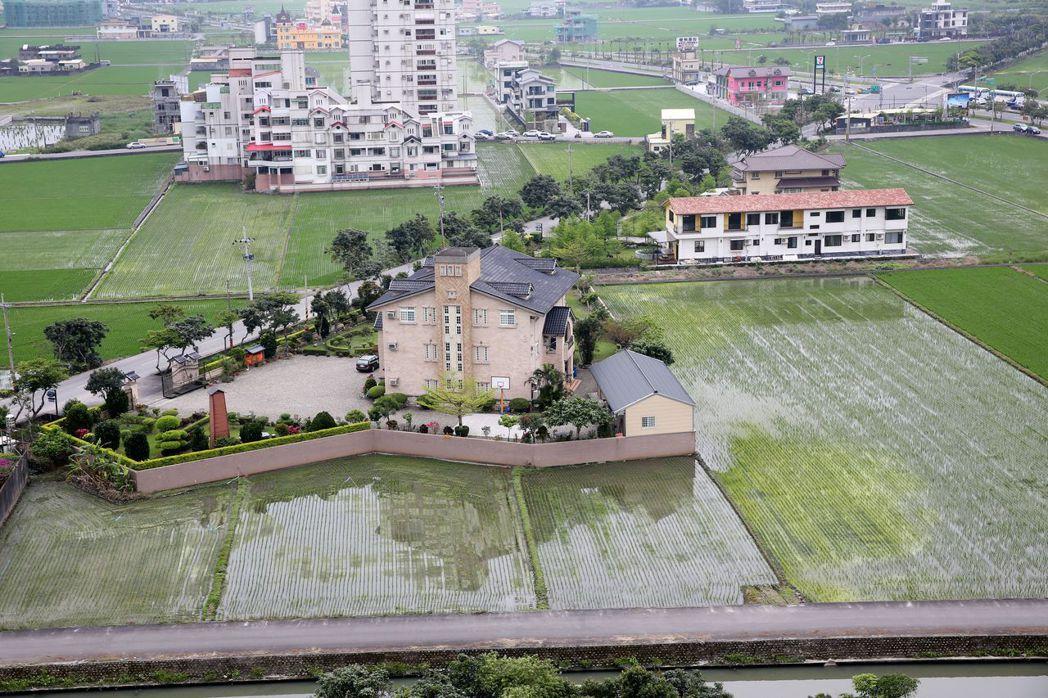 宜蘭冬山鄉豪華農舍將農地分割。 資料照片