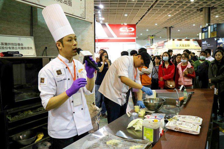 世界盃麵包大賽冠軍陳有鋕現場展演。記者史榮恩/攝影