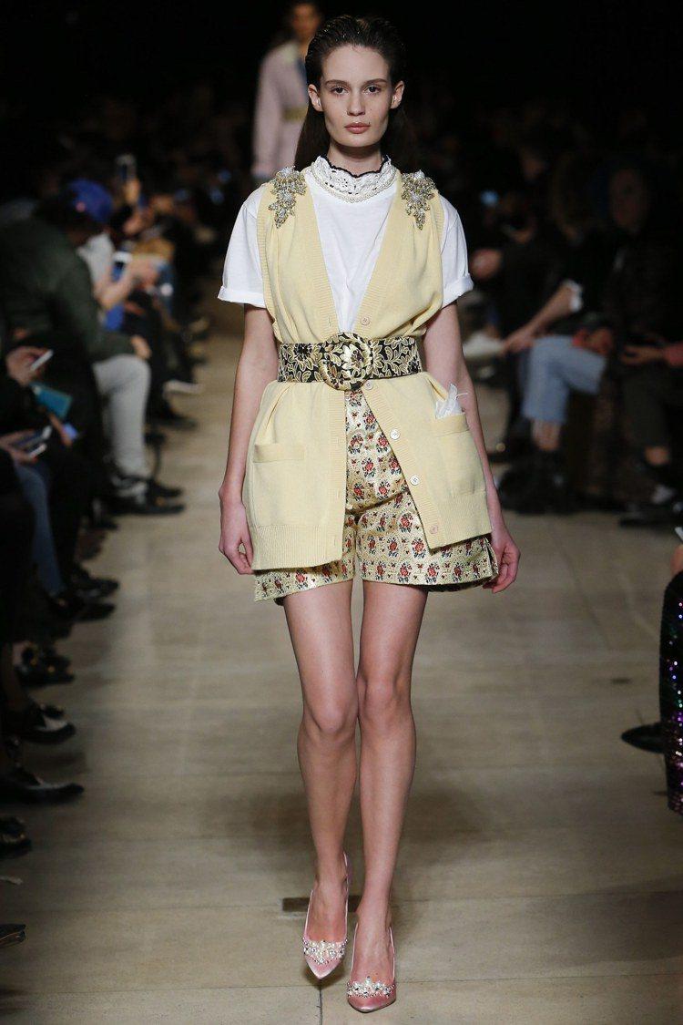 絲質短洋裝展現衝突卻華麗的設計細節。圖/MIU MIU提供