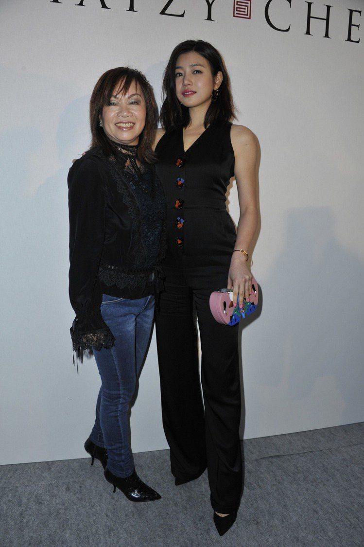 總設計師王陳彩霞(左)與陳妍希。圖夏姿提供