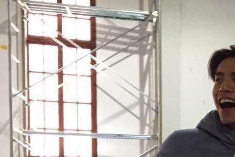 王大陸拍完張藝謀監製的「28歲未成年」後,更積極拓展大陸市場,昨(9日)他以「自由身」抵達杭州為新片「鮫珠傳」進行 訓練,預計要訓練一個月,王大陸能拍這部電影非常開心,因為是和他的偶像周星馳...的...