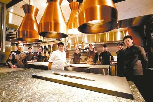 圖為與赫士盟合作的米其林星級餐廳祥雲龍吟主廚與工作團隊。 赫士盟/提供