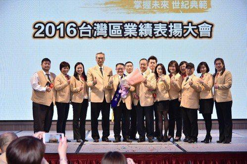 該店店長張耀宗(左5)在市況不濟時成功調整公司營運方針,拓展總價高、購屋族群精準...