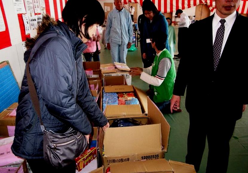 雖然看不懂包裝上的文字,避難所的日本朋友們仍感謝著台灣送來的食品,說這些物資除了...