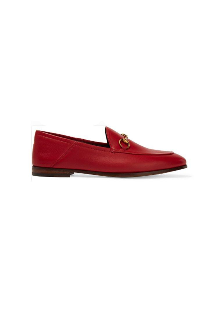 GUCCI馬銜扣細節皮革樂福鞋早春度假系列中,柔軟的皮革樂福鞋以鮮紅色重新登...