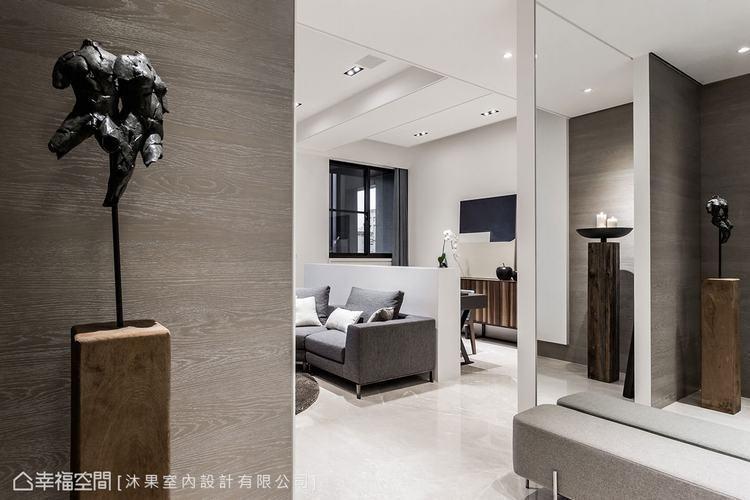 ▲玄關: 設置全身鏡和穿鞋椅滿足玄關機能,並結合木皮的溫潤,形成對比的視覺層次。