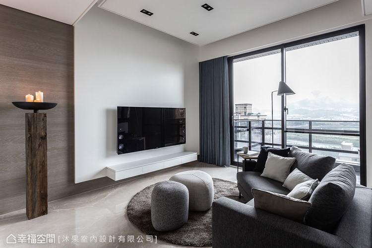 ▲電視牆: 沐果室內設計運用木質妝點和藝術展演的手法,凸顯白色電視牆的純粹,豐富...