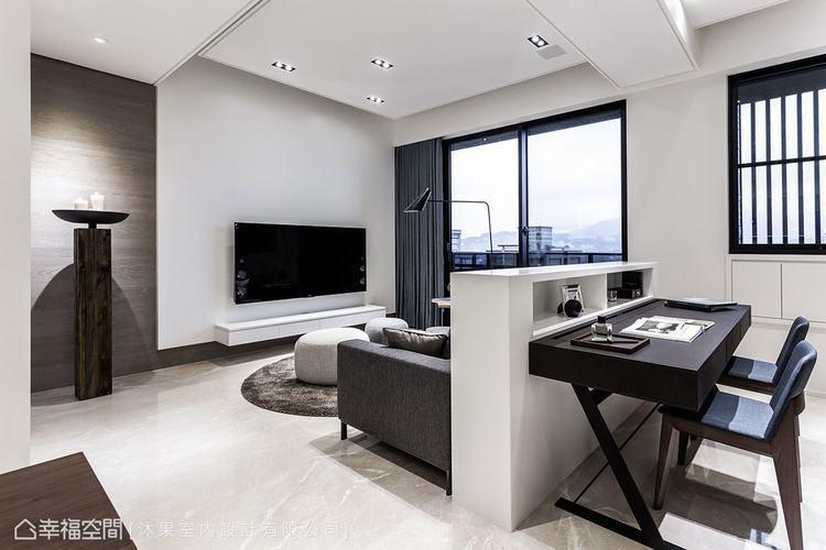 ▲書房: 半高的沙發背牆界定出客廳和書房機能,半開放式的格局讓空間顯得更寬敞明亮...