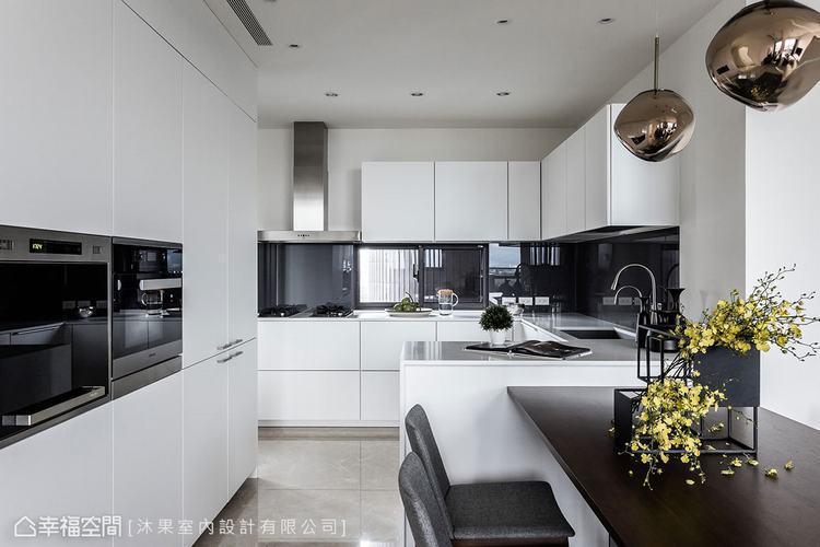 ▲餐廚區: 一貫使用白色做為主色,適時以深色烤漆玻璃淡化窗框,也與電器的亮面質感...